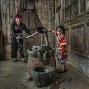 SPC Merit Award - Linqun Yuan (China)  Mother And Daughter